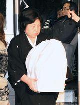 チャールズ・ジェンキンスさんの遺骨を手に斎場に向かう、妻の曽我ひとみさん=14日午後、新潟県佐渡市