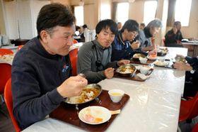 「1夏」の食堂でカレーを食べる第61次南極観測隊員=10日、昭和基地