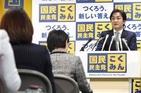 国民民主党の両院議員懇談会であいさつする玉木代表=12日午後、東京・永田町の党本部
