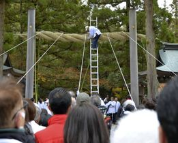 奈良県桜井市の大神神社で行われた大しめ縄の掛け替え=9日