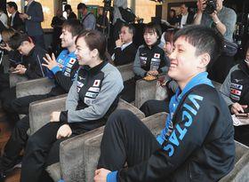 組み合わせ抽選会で笑顔を見せる(手前右から)張本智和、石川佳純、丹羽孝希=ブダペストで(内山田正夫撮影)
