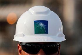 サウジアラムコの従業員=10月12日、サウジアラビア東部アブカイク(ロイター=共同)