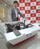 日航が開発した、スポーツ自転車を飛行機に積み込むための収納ケース=22日午後、東京都品川区