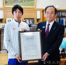 東京マラソンで日本記録を更新した設楽悠太(左)に県体育協会会長の上田清司知事から県体育賞会長特別賞が贈られた=13日午前、県庁