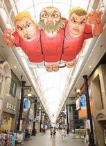 商店街に登場したラグビーW杯を盛り上げるオブジェ=19日、大分市中央町のガレリア竹町
