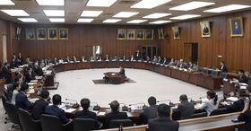 今国会で初めて開催された衆院憲法審査会=17日午前