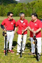 ボウガンの世界選手権大会に出場する(左から)加納雅明さん、佐藤栄一さん、片岡聡さん=上山市・猿倉イベントパーク