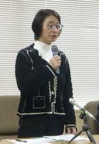 提訴後、記者会見する大阪大の牟田和恵教授=12日午後、京都市
