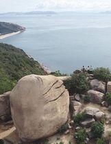 王子が岳のニコニコ岩。柔らかな表情で瀬戸内海を見つめているようだ=20日午前11時、玉野市(小型無人機から)