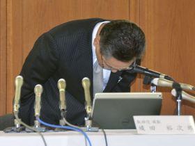 記者会見で陳謝する百十四銀行の綾田裕次郎頭取=9日午後、高松市