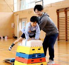 跳び箱の指導をする沖口誠さん=洲本市立第二小学校