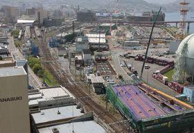 姿を変えつつあるJR長崎駅周辺。右上のエリアに、市が整備を目指すMICE機能を備えた複合施設の用地がある=長崎市