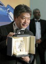 第71回カンヌ国際映画祭で最高賞パルムドールを受賞した是枝裕和監督=19日、フランス・カンヌ(ゲッティ=共同)