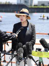 ボートのテスト大会を視察し、取材に応じる東京都の小池百合子知事=11日、海の森水上競技場