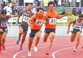 成年少年男子共通400メートルリレー 3走飯塚拓巳(右から2人目)からアンカー北川凱にバトンが渡り40秒32で4位に入った静岡チーム=茨城県ひたちなか市の笠松運動公園陸上競技場