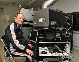 「若いスタッフにパソコン操作を教えてもらった」と話す山田さん。デジタル式の上映もお手の物だ=27日、青森市の青森松竹アムゼ