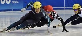 男子500メートル決勝 平昌五輪に向け力強い滑りを見せる坂爪(手前)=名古屋市ガイシプラザ