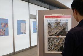 水害後と現在の町の姿が分かる「本明川防災パネル展」=諫早市、諫早駅自由通路