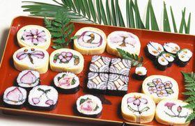 カラフルな絵柄をあしらった太巻き寿司(県提供)