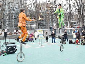 初参加の「フライング・ダッチマン」は一輪車に乗りながら火が付いたトーチのジャグリングを行い、観客を魅了した=12日午後、さいたま市中央区