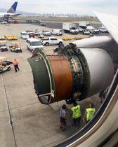 カバーが外れたユナイテッド航空機のエンジン部分=13日(AP=共同)