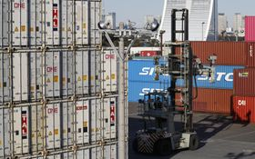東京港に並ぶコンテナ=東京都品川区