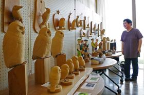 鳥や人の模型が並ぶ「木彫りのフクロウ展」(宮津市波路、マ・ルート)