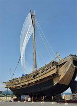 久々に帆が揚がった復元北前船「みちのく丸」。町が新たに帆を製作した=20日午前、野辺地漁港