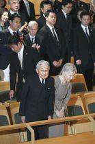 マルタ・アルゲリッチさんの公演会場に到着された上皇ご夫妻=24日夜、東京都新宿区(代表撮影)