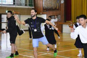 よさこい鳴子踊りに挑戦するカナダの選手=中央(高知県須崎市の浦ノ内中学校)