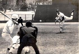 春の県大会で強打の日和佐を散発3安打で完封した富岡西の左腕小川。打者・中山=1978年3月31日、蔵本球場