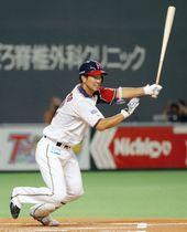 1回日本ハム無死二塁、松本が右翼線に先制二塁打を放つ=札幌ドーム