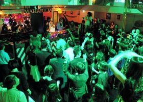 懐かしいダンスミュージックで盛り上がるフロア=大阪市中央区、マハラジャミナミ