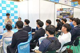 日本企業の就職説明会で、事業内容の説明を聴く韓国人学生ら=24日、韓国釜山市
