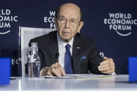世界経済フォーラムで記者会見するロス米商務長官=22日、スイス・ダボス(AP=共同)