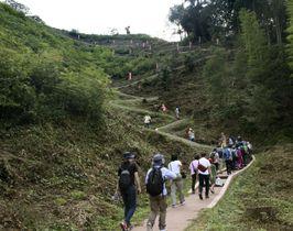 「第25回全国山城サミット」で月山富田城跡を巡る参加者ら=23日、島根県安来市