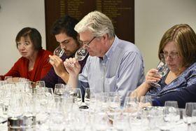 23日、ロンドンで開かれた鹿児島県産の焼酎を使った講習会で、焼酎を飲み比べる参加者(共同)