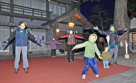 日の出前に「開いて、閉じて」手足の運動(写真はいずれも高知市幸町)