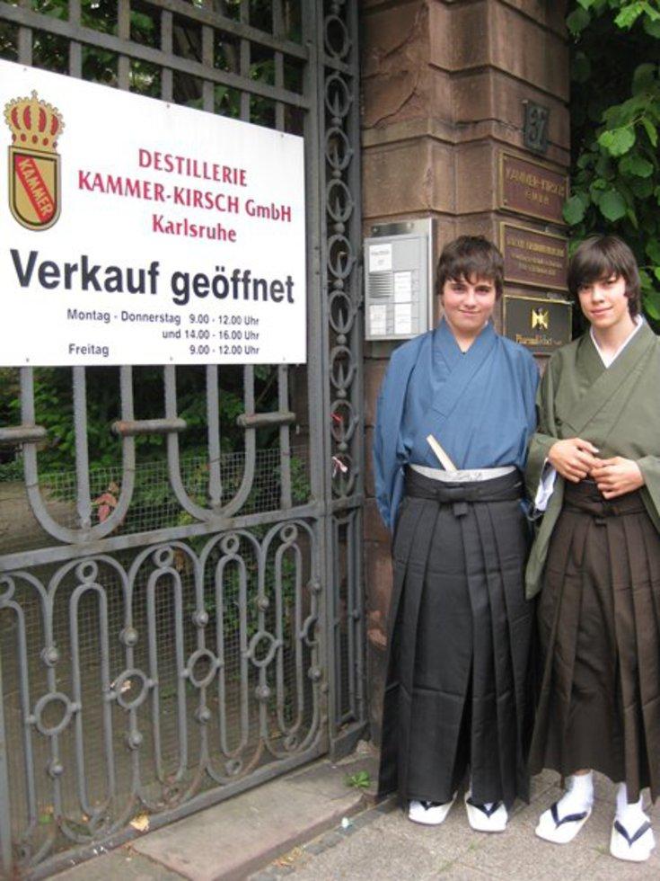 はかま姿で迎えに来てくれたアティラ君(左)とゲオルグ君=2012年5月