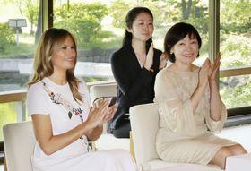 尺八の演奏や日本舞踊を鑑賞したメラニア米大統領夫人(左)と安倍昭恵首相夫人=27日午前、東京・元赤坂の迎賓館別館(代表撮影)
