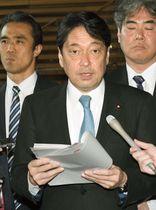 閣議後、記者の質問に答える小野寺防衛相=19日午前、首相官邸
