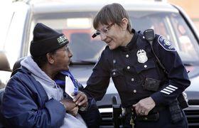ビデオカメラ搭載のメガネを装着し、市民と接するシアトルの警察官=2015年(AP=共同)