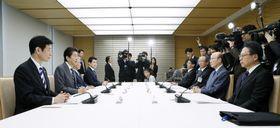 皇位継承に伴う一連の儀式の詳細を検討する式典委であいさつする安倍首相(左から2人目)=17日午前、首相官邸