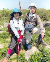 「筑豊百山」に関するガイド本を完成させた榎隆成さん(右)と數代さん