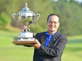 10年ぶり2度目の優勝を果たした冨田久三=13日、静ヒルズCC、吉田雅宏撮影