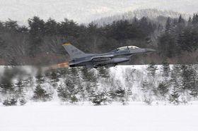 機体整備を終え、ごう音とともに離陸する米軍三沢基地のF16戦闘機=16日午後3時10分ごろ、青森空港