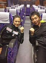 宮原知子選手を支えるトレーナーの出水慎一さん(右)(九州医療スポーツ専門学校提供)