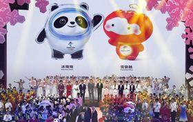 発表された2022年北京冬季五輪のマスコット「氷(ビン)ドゥンドゥン」(左)とパラリンピックのマスコット「雪容融(シュエロンロン)」=17日、北京(共同)
