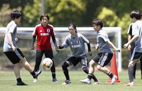 サッカー女子W杯に向けた合宿で調整する(左から)市瀬、池田、長谷川、籾木=千葉県内