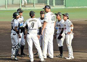7回裏、信濃に1死二、三塁と攻められマウンドに集まる富山の選手たち=松本市野球場